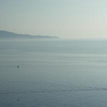 El perfil orogràfic del Pení al cap de Norfeu, vist de matinada des de punta Montgó, a l'extrem sud del golf de Roses