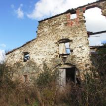 Ruïnes d'un mas en els boscos de l'antic terme de Sant Sadruní