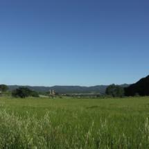 Afores de Cruïlles, amb la serra dels Perduts a l'esquerra i el puig de Migdia a la dreta