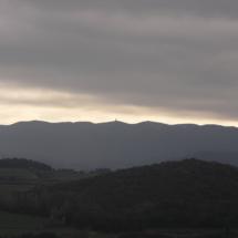 Vessant de les Gavarres que mira al nord, amb el puig d'Arques al centre